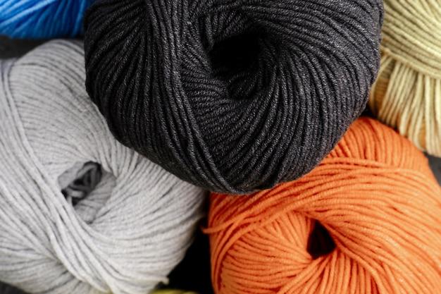 Filato di lana nero, arancione e bianco