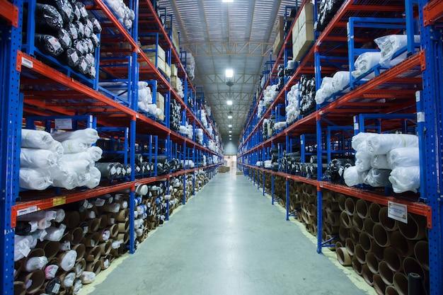 File degli scaffali con le scatole in magazzino moderno