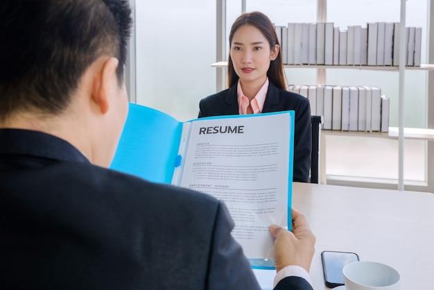 File della storia delle donne intervistate nell'ufficio di un'azienda