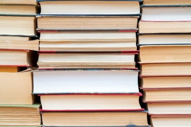 File di libri in biblioteca. sfondo per il testo simbolo di conoscenza e apprendimento.