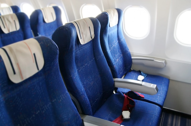File di sedili in una cabina di aeroplano