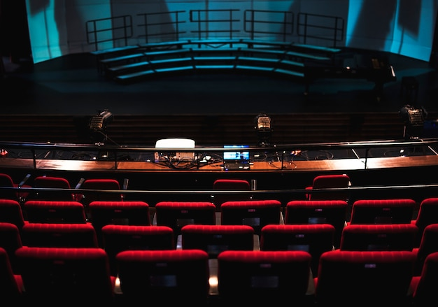 File di sedili rossi in un teatro