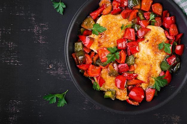 Filetti di pollo alla griglia e peperone dolce sulla griglia in ferro