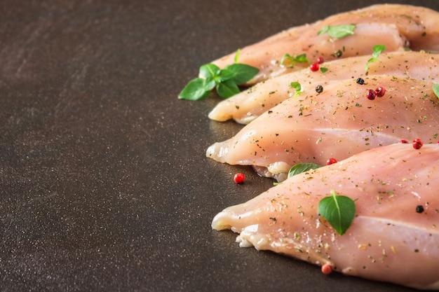 Filetto crudo di pollo su sfondo arrugginito. ingredienti a base di carne per cucinare