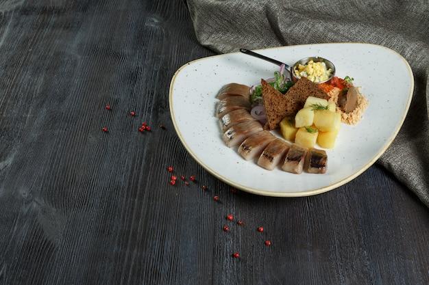 Filetto di aringhe a fette con aneto e cipolla