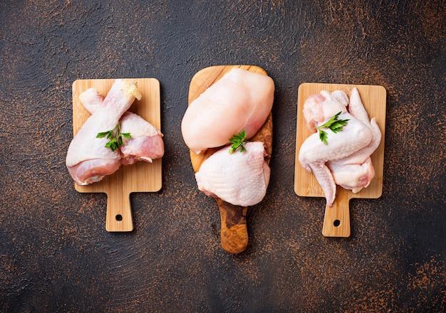 Filetto di carne di pollo crudo, coscia, ali e gambe