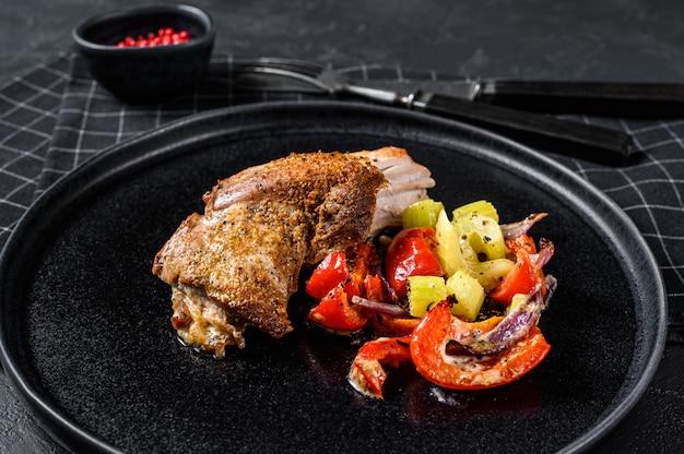 Filetto di coscia di tacchino arrosto con verdure. sfondo nero. vista dall'alto