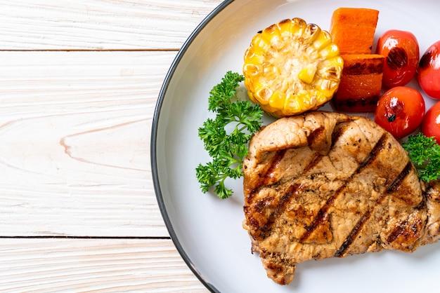 Filetto di maiale alla griglia e barbecue con verdure