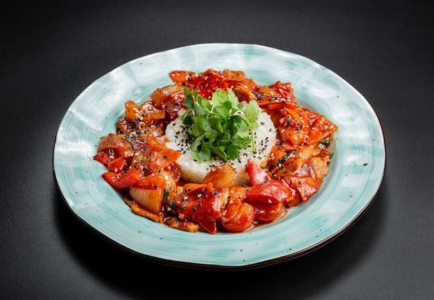 Filetto di maiale succoso con riso, tra le braccia di spezzatino di peperone, carote, ciliegia e ananas in salsa agrodolce