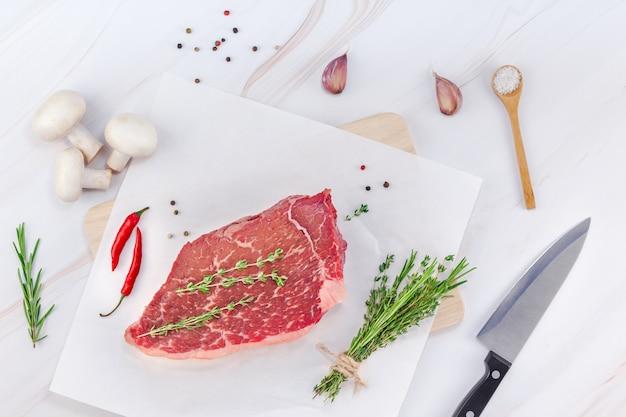 Filetto di manzo fresco con ingredienti in cucina