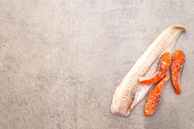 Filetto di nasello e pezzi di salmone
