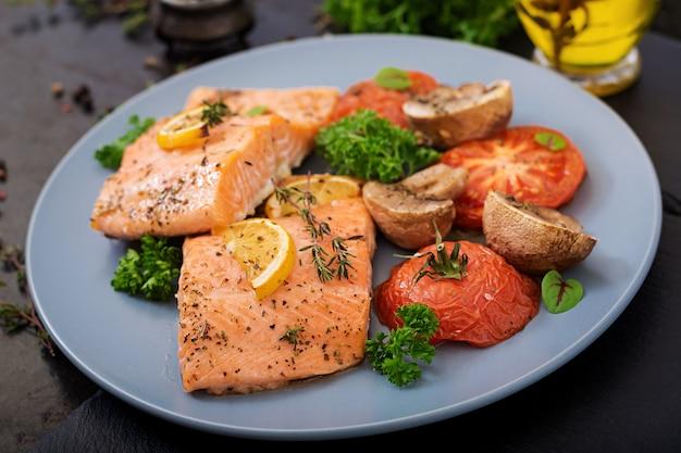 Filetto di pesce al salmone al forno con pomodori, funghi e spezie. menu dietetico.
