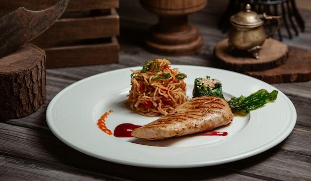 Filetto di pesce alla griglia con spaghetti in salsa di pomodoro