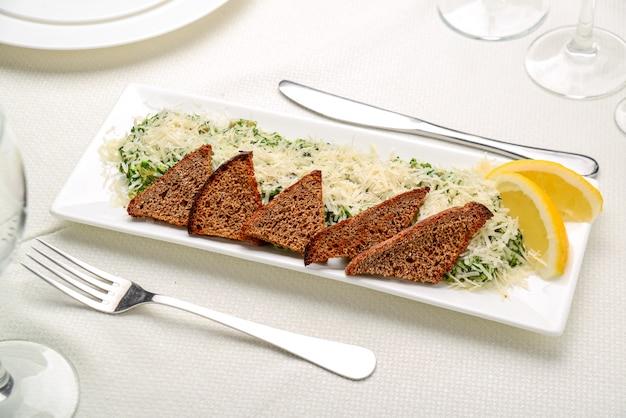Filetto di pesce bianco con erbe su spinaci fritti