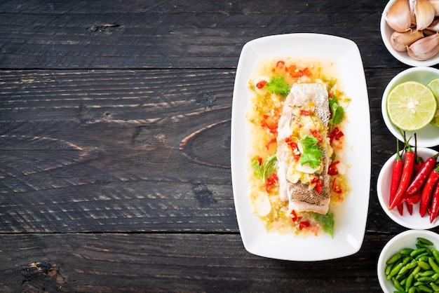Filetto di pesce cernia al vapore con salsa di peperoncino in salsa di lime