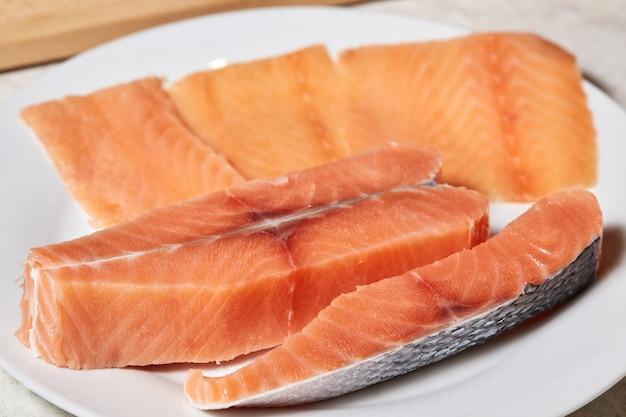 Filetto di pesce crudo di color salmone sul piatto