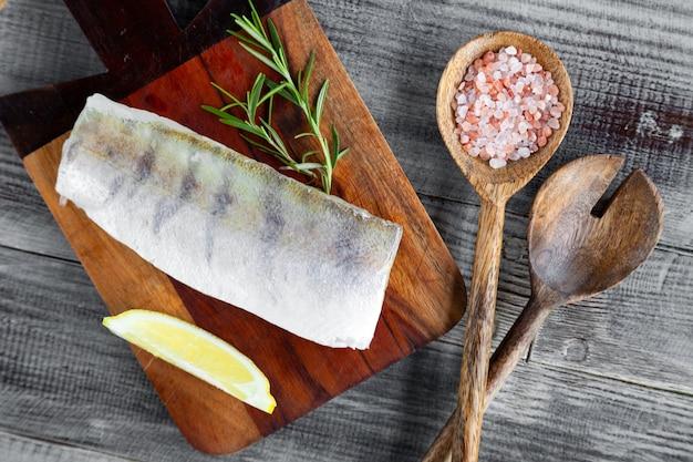 Filetto di pesce crudo fresco del luccioperca sul tagliere