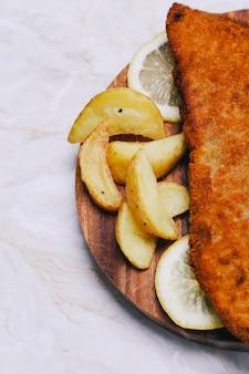 Filetto di pesce delizioso con patate fritte