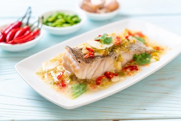 Filetto di pesce di cernia al vapore con salsa al lime e peperoncino condita con lime