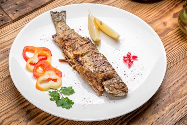 Filetto di pesce fritto con verdure