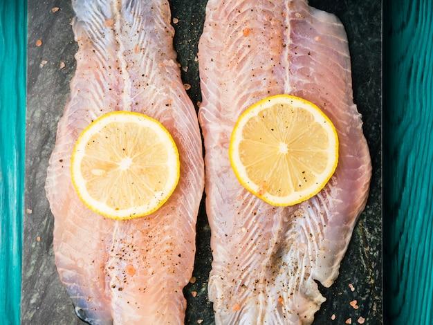 Filetto di pesce persico rosso su tavola di marmo verde
