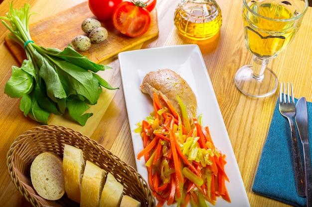 Filetto di petto di pollo grigliato delizioso e peperone fritto