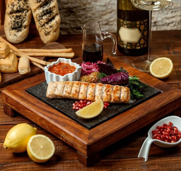 Filetto di pollo alla griglia servito con patate novelle, cipolla e insalata fresca