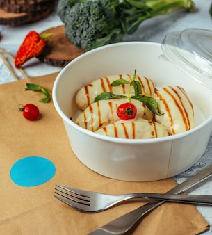 Filetto di pollo bollito catlett consegna con aneto, condita con formaggio per un pranzo sano