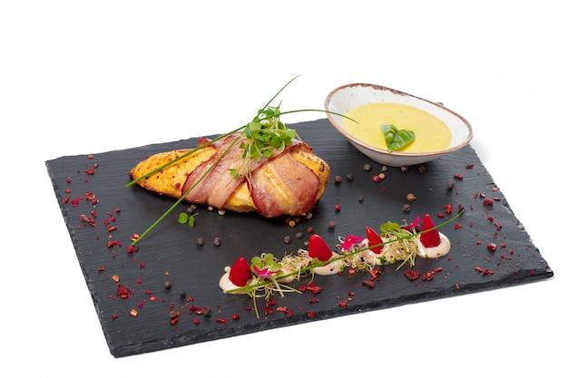Filetto di pollo con pancetta alla griglia alla griglia su sfondo bianco