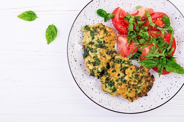 Filetto di pollo tritato con bistecca al forno con insalata di spinaci e pomodori