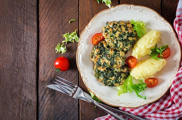 Filetto di pollo tritato con bistecca al forno con spinaci e contorno di purè di patate.