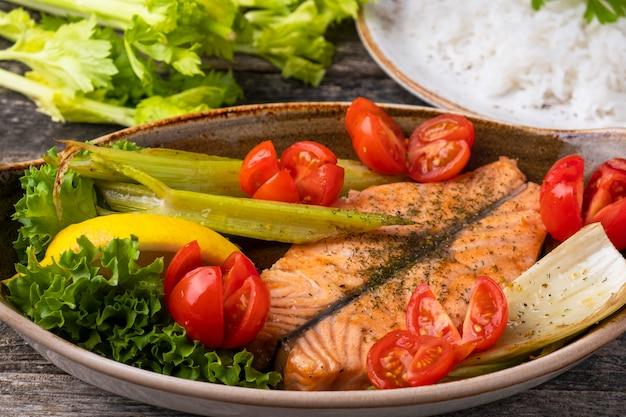 Filetto di salmone al forno con verdure. concetto di cibo sano.