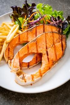 Filetto di salmone alla griglia con patate fritte