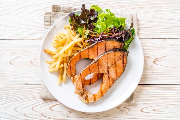 Filetto di salmone alla griglia con patatine fritte