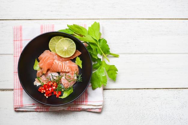 Filetto di salmone con erbe aromatiche al limone e spezie
