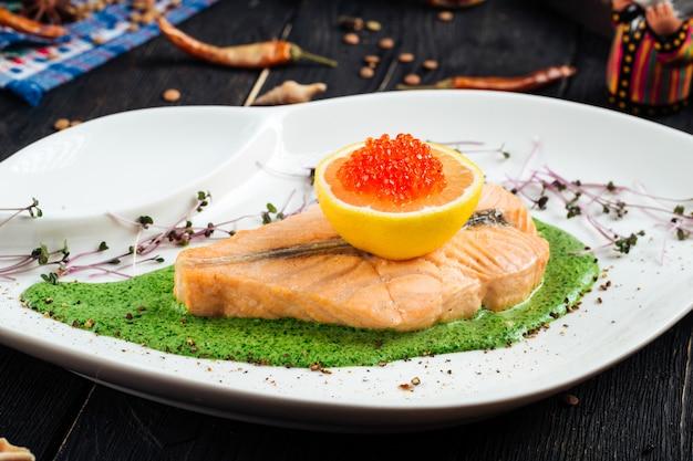 Filetto di salmone con spinaci e caviale di uova di limone rosso
