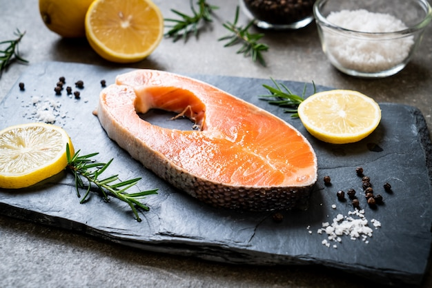 Filetto di salmone crudo fresco
