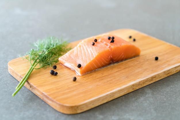 Filetto di salmone fresco a bordo