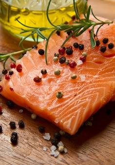 Filetto di salmone fresco su tavola di legno