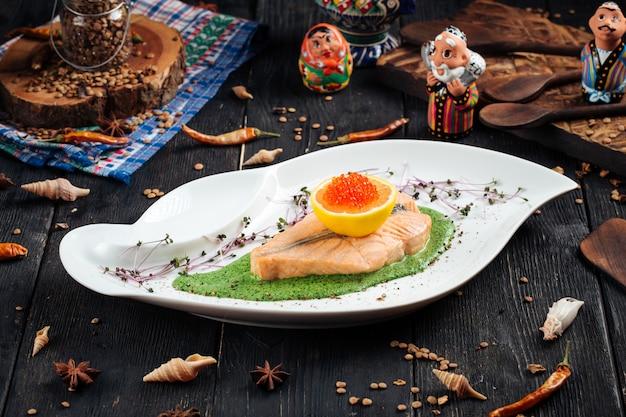 Filetto di salmone spinaci salsa limone e uova di pesce rosso