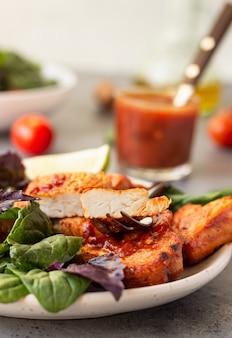 Filetto di tacchino arrosto con insalata scaloppina di tacchino calda con salsa rossa e insalata.
