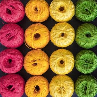 Fili colorati per maglieria di fondo