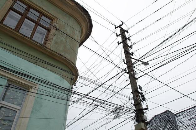 Fili elettrici su una strada cittadina contro il cielo