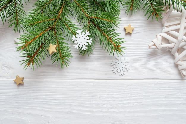 Filiale di albero dell'abete di natale su legno bianco