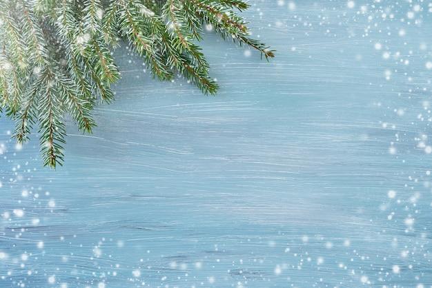 Filiale di albero dell'abete di natale su priorità bassa blu. copia spazio