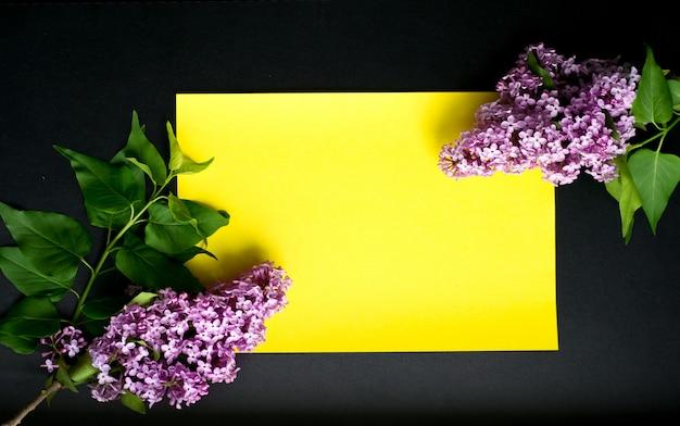 Filiali del lillà su una priorità bassa gialla