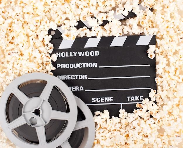 Film batacchio circondato da popcorn