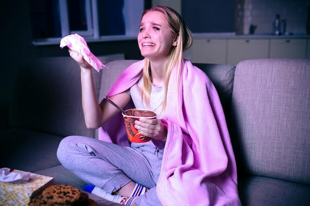 Film di sorveglianza della giovane donna di notte