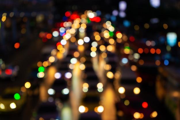 Filmati sfocati. ingorgo stradale su un'ampia strada. luci dei freni sfocate. denso traffico cittadino. interscambio di trasporto. riprese notturne.