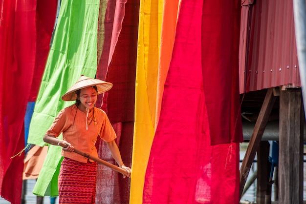 Filo asciutto birmano i tessuti di loto colorati fatti a mano nel lago inle, shan state nel myanmar.